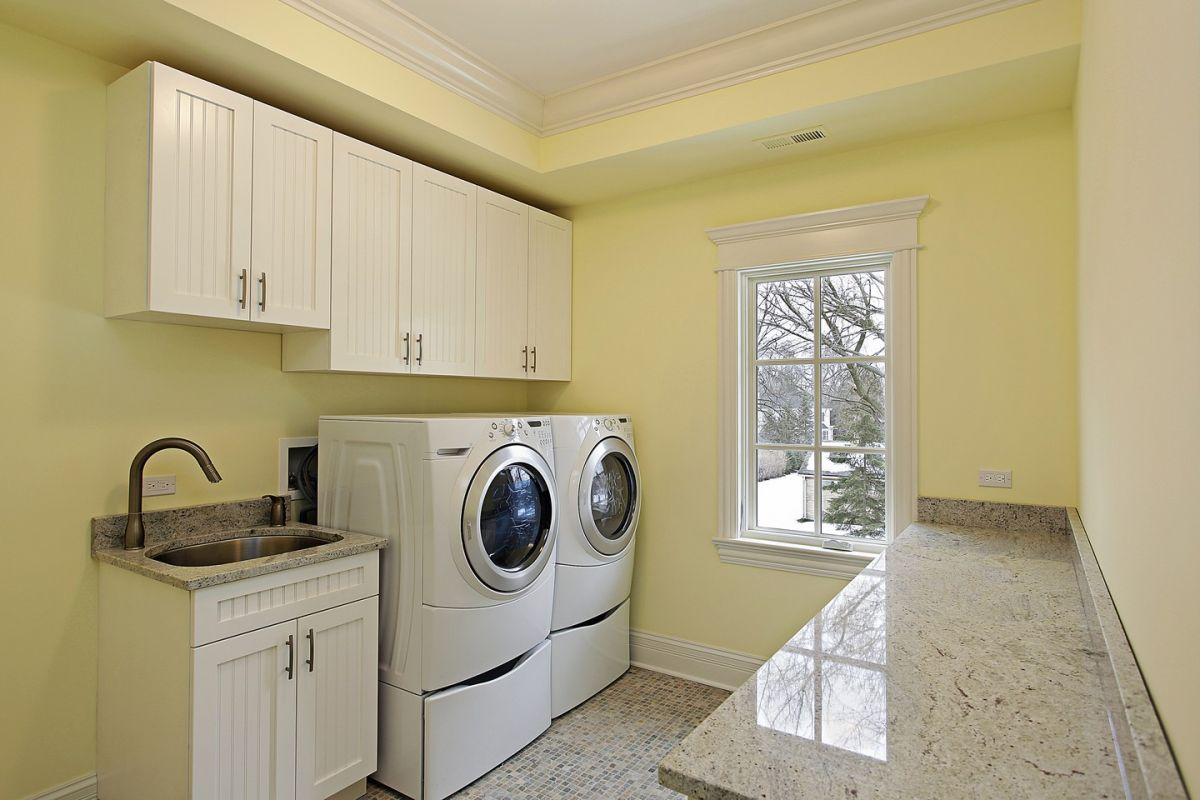 Retro style meets sleek shiny details on this laundry room