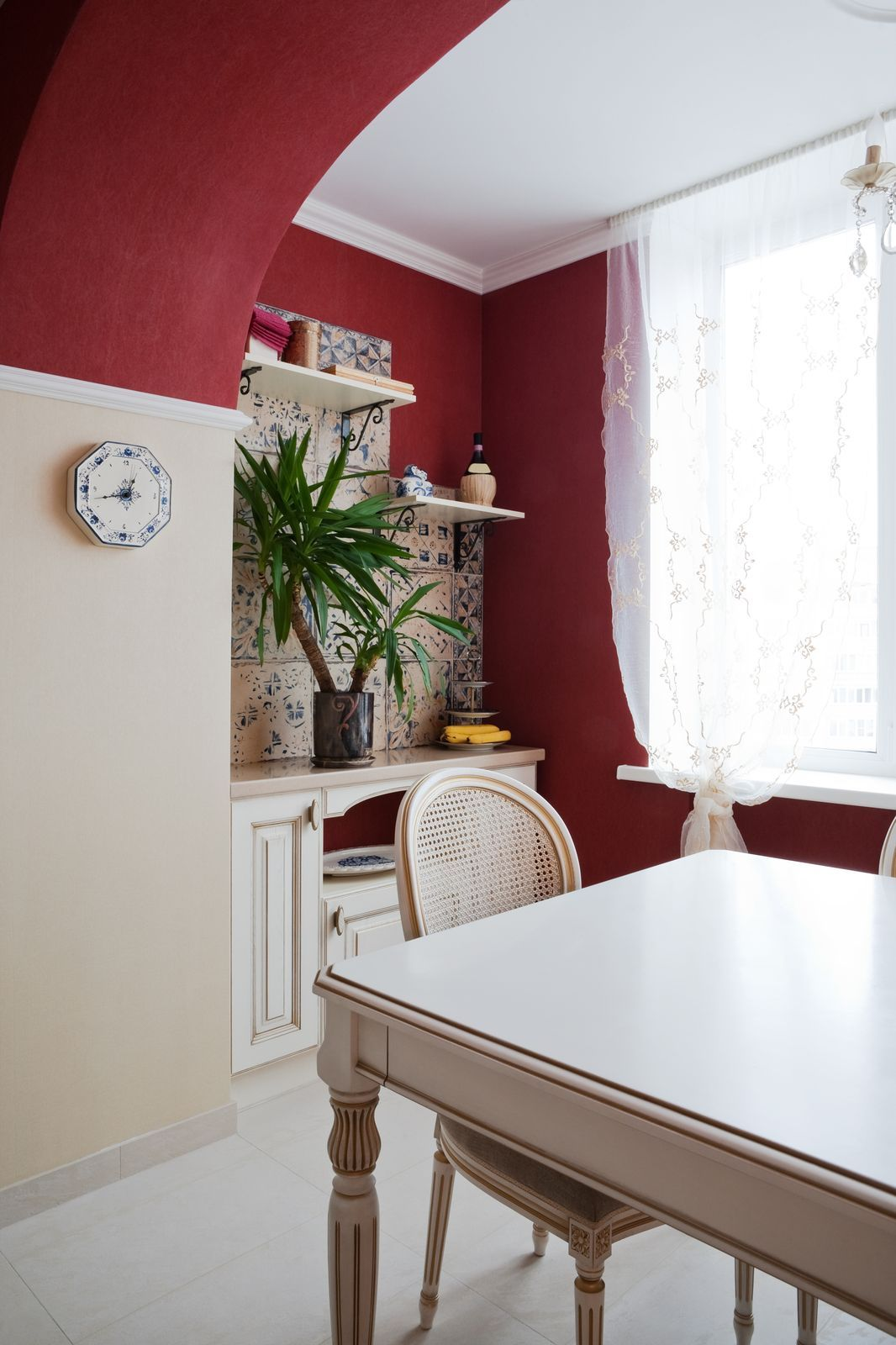 Offset neutral dining room decor with a warm red accent for Neutral dining room ideas