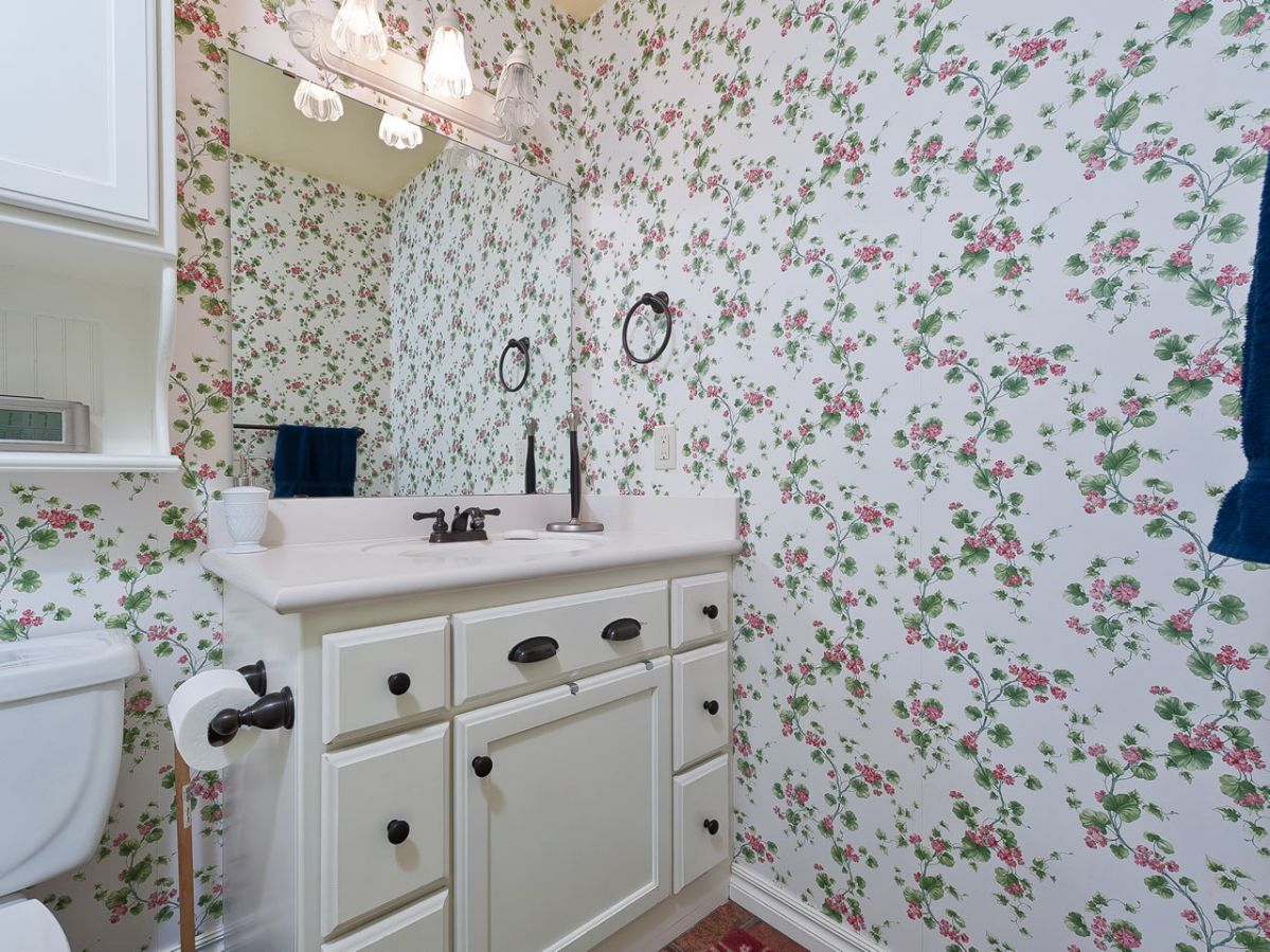 Floral wallpaper for a delicate bathroom homeyou for Floral bathroom wallpaper