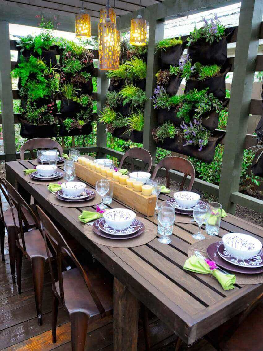 Kitchens outdoors: plant partitions for a dining room table