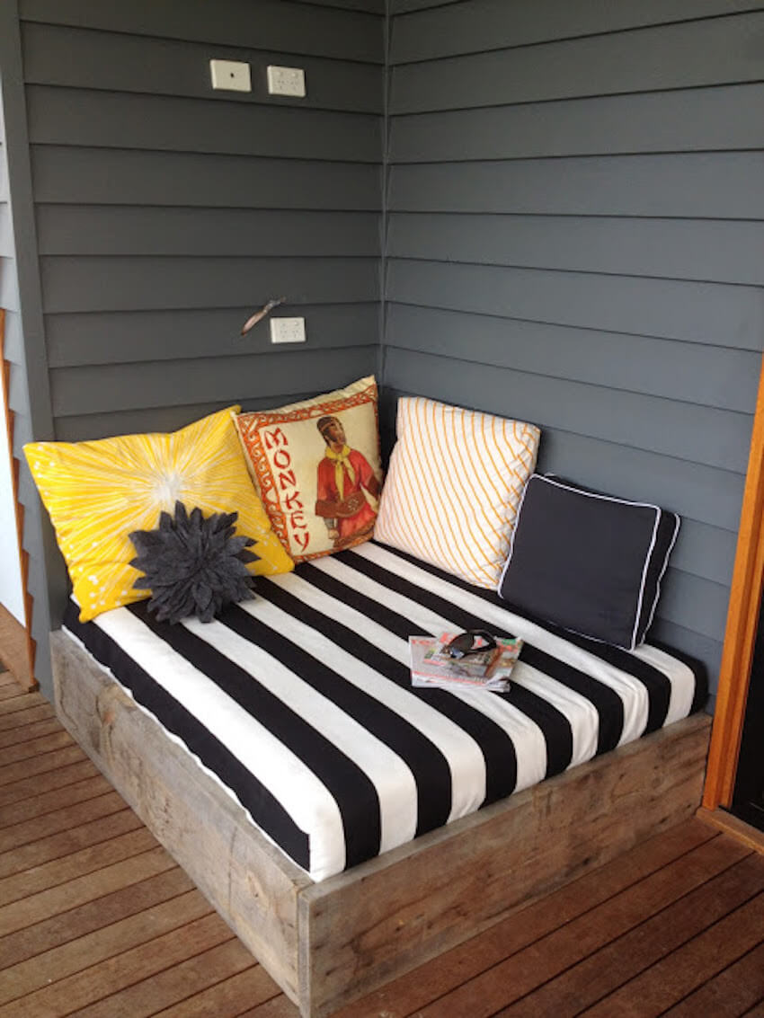 Exterior home daybed for sleepy activities outside