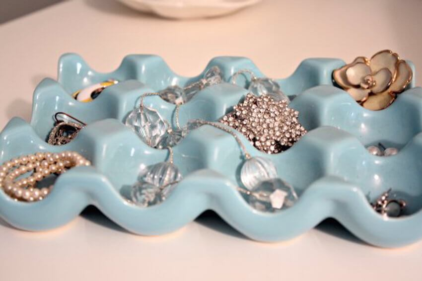 Cheap DIY project: For a quick and easy way to keep your jewelry organized, use an egg tray.