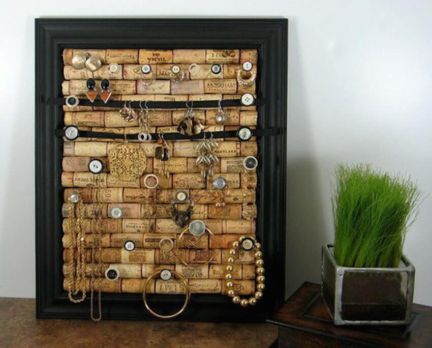 Wino DIY crafts: Love wine? Don't waste those corks! Use corks and a frame to create a jewelry cork board.