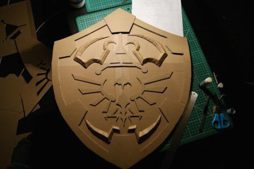 DIY game decor: Link's shield from Legend of Zelda in cardboard!