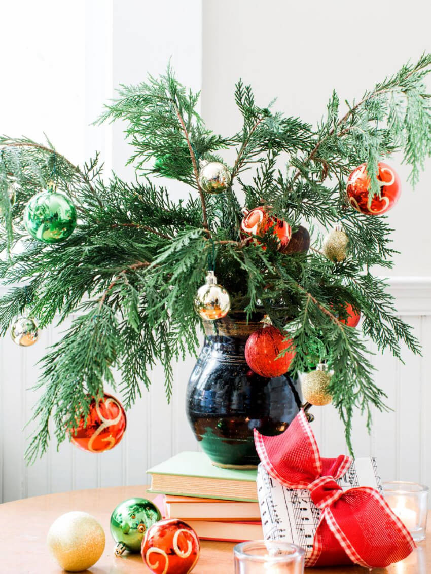 Use a vase as Christmas tree!