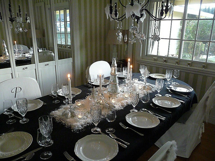 This table decor uses a mirror as the base for the centerpiece. Image Source: Good Life of Design