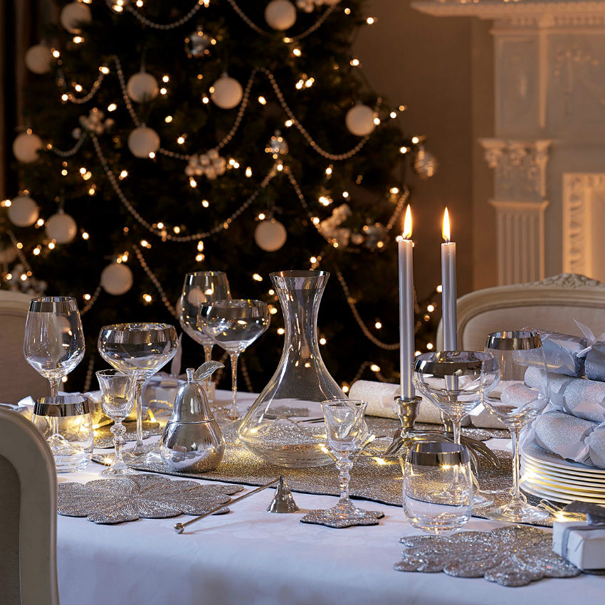 Choose a discreet tablecloth and have your dishware combine with the decor. Image Source: In My Interior