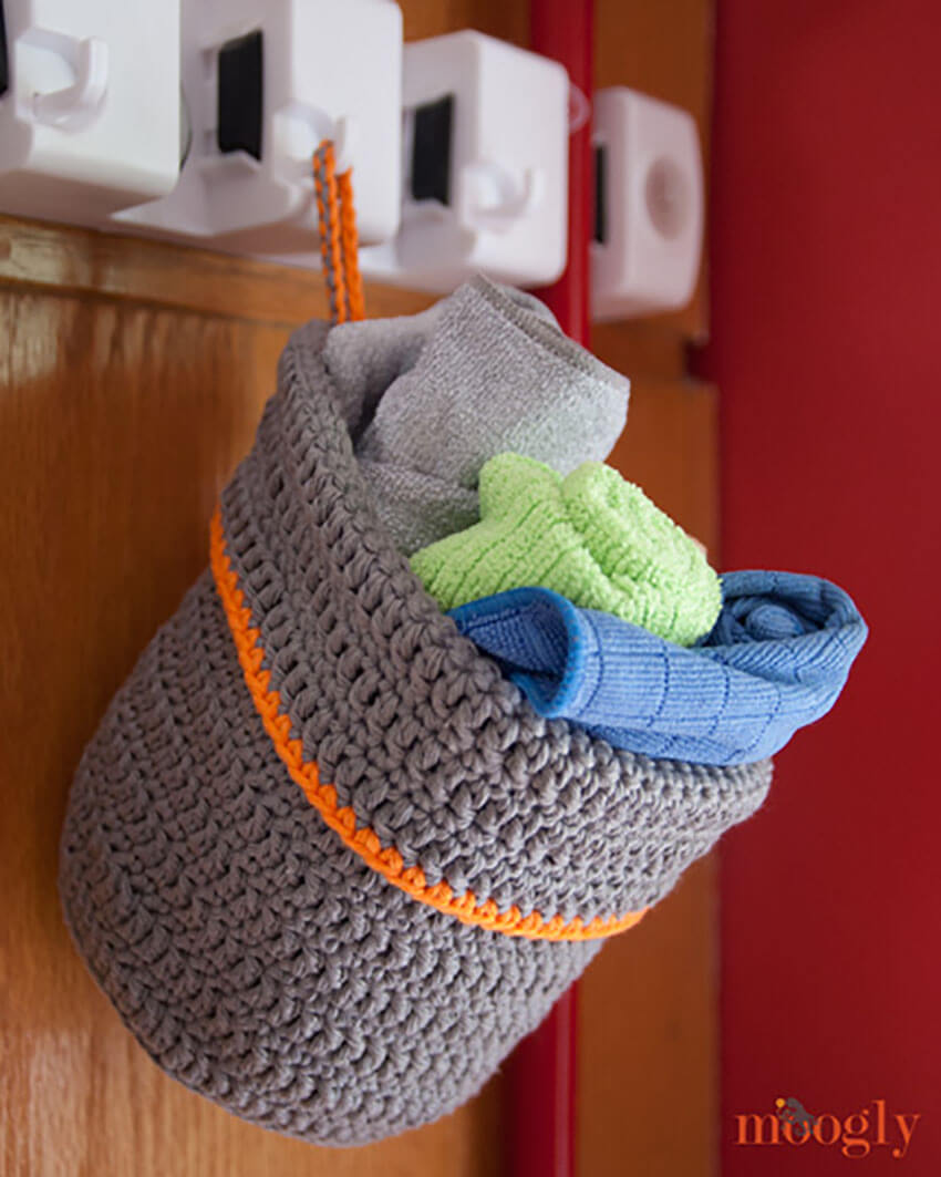 This crochet hanging basket is incredibly practical and versatile!