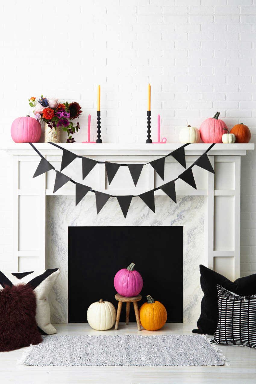 A simple black garland is perfect for decorating the mantel.