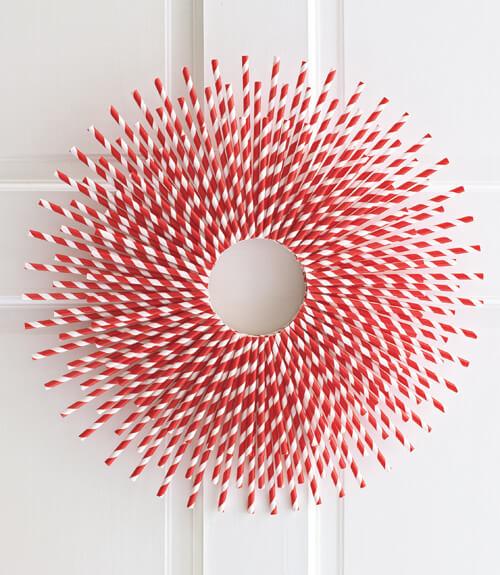 For a quick and easy DIY wreath, use red and white straws to create this wonderful straw-burst effect!