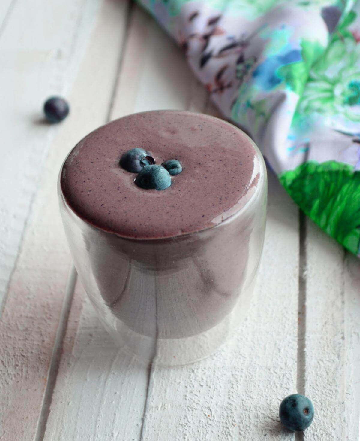 This blueberry detox smoothie is tasty, healthy, and a great way to start your day!