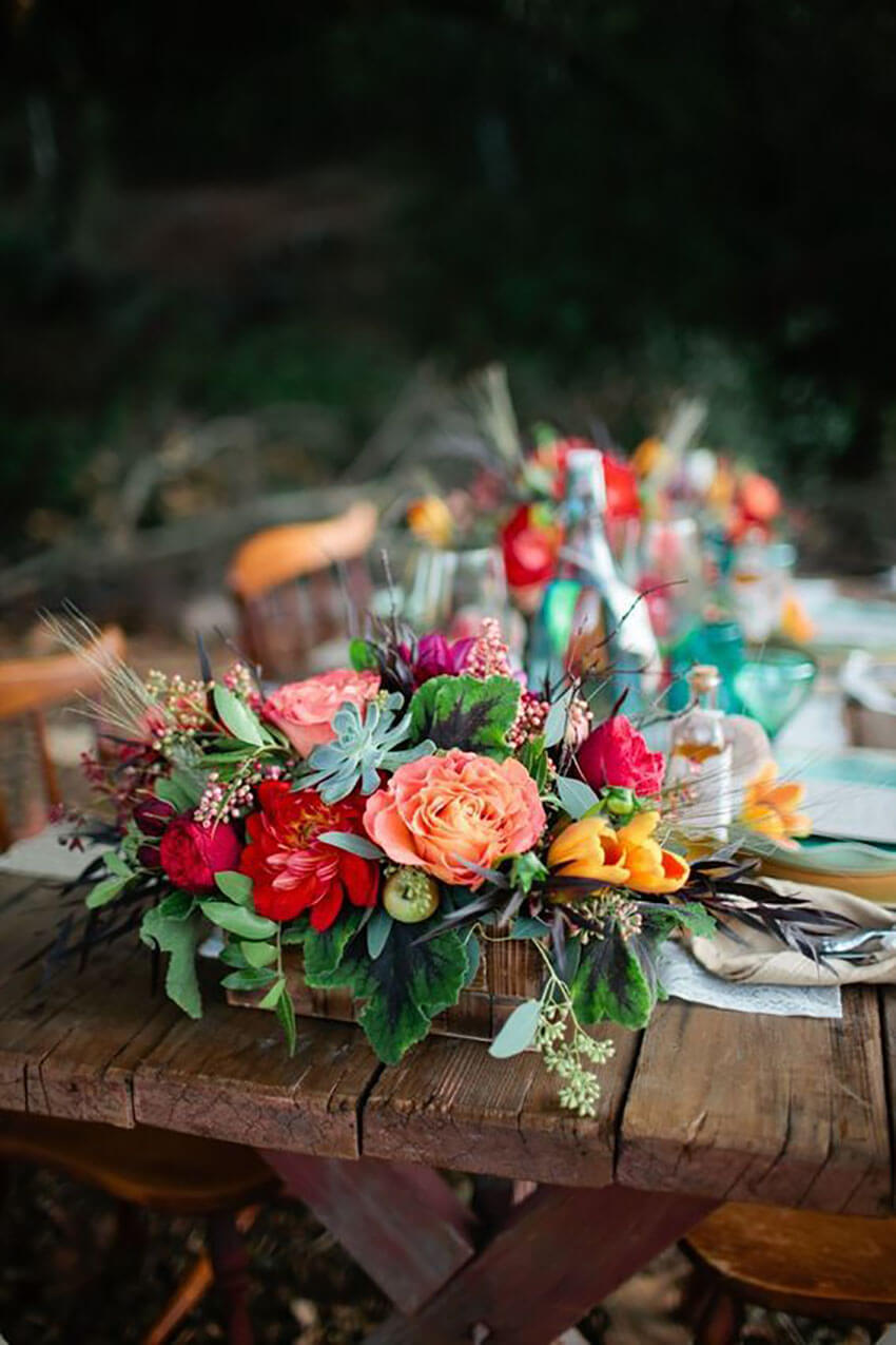 Mix natural flowers and colorful greens for a beautiful decór.