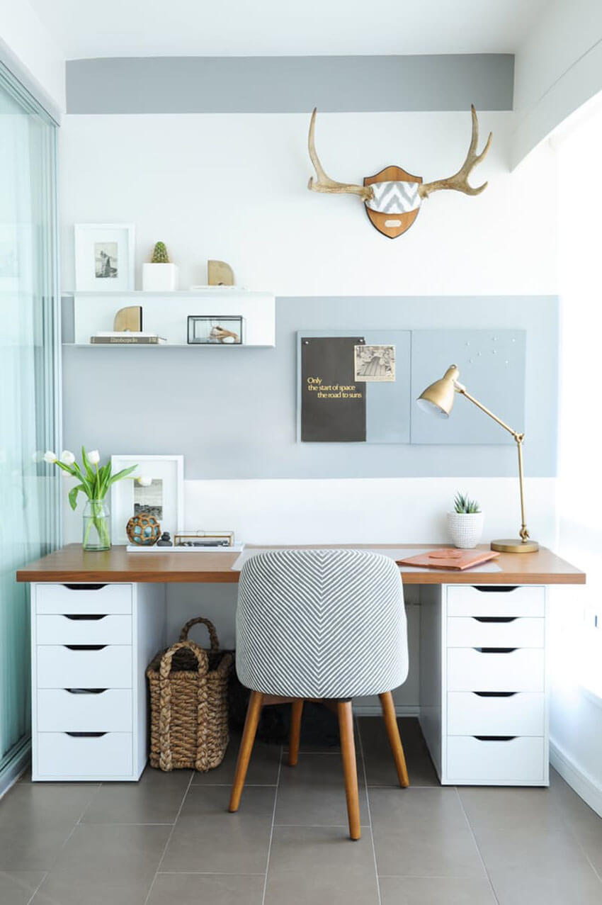 Keep your table free of cables and unused items to maintain the room organized.