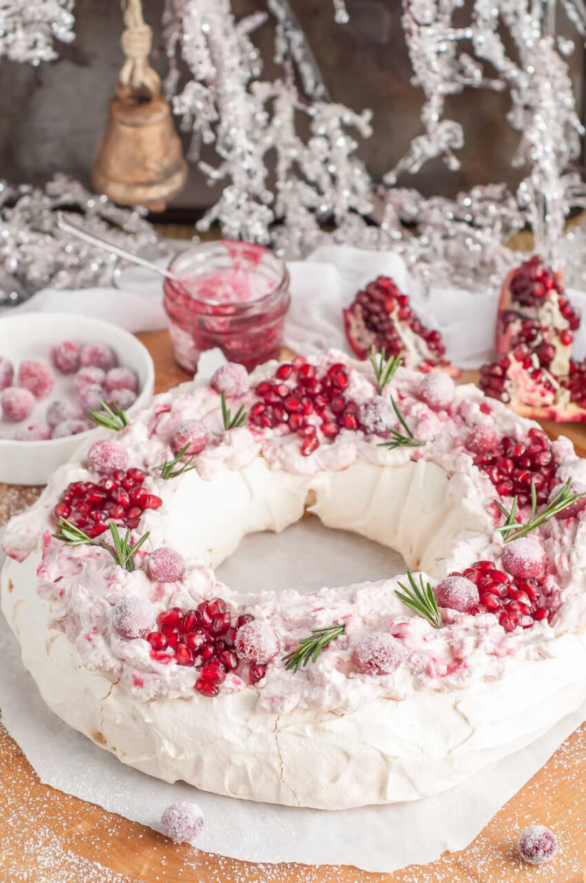 This wreath-like pavlova is super delicious!