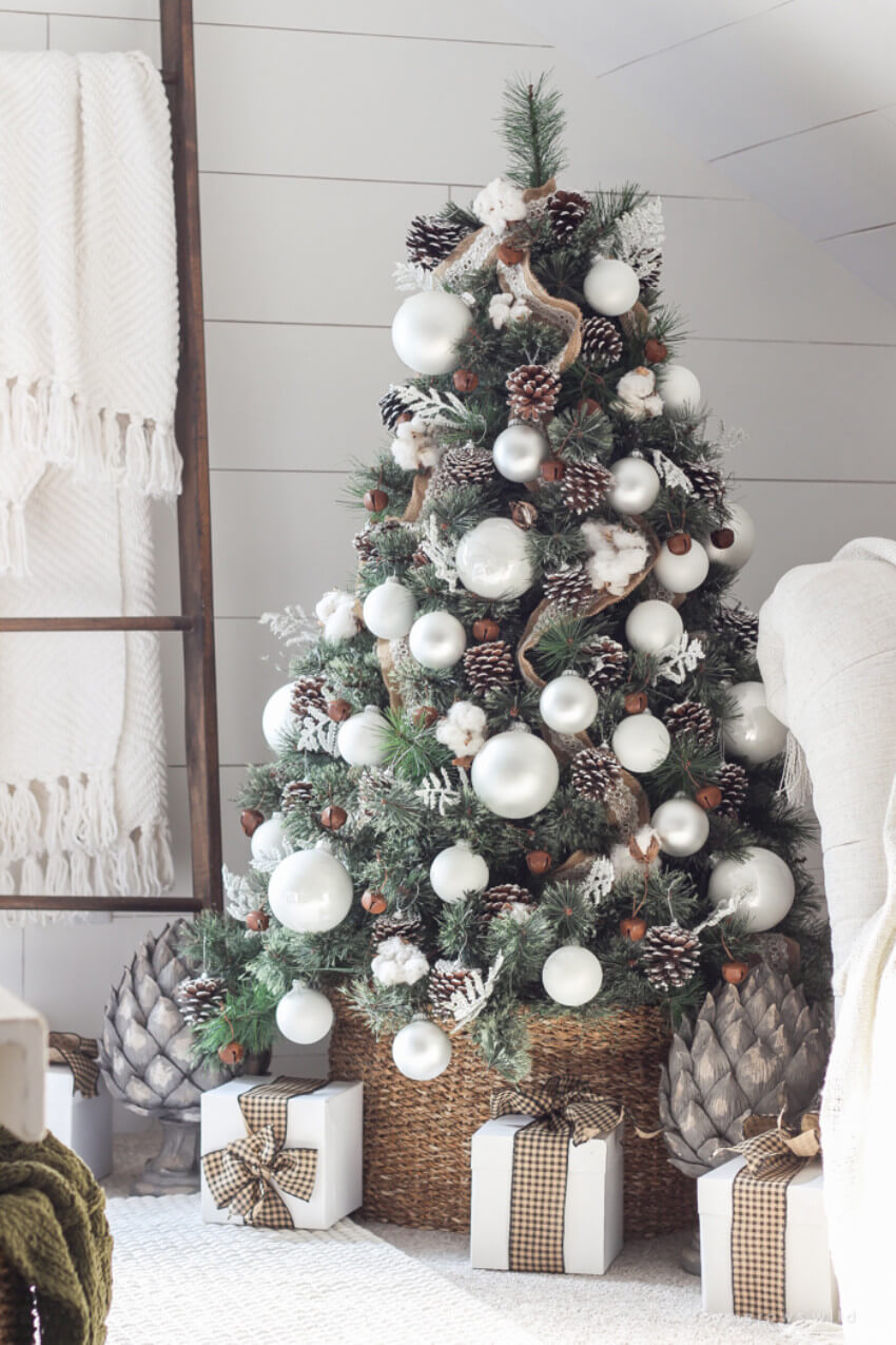 Farmhouse decor can also be incorporated on the tree!