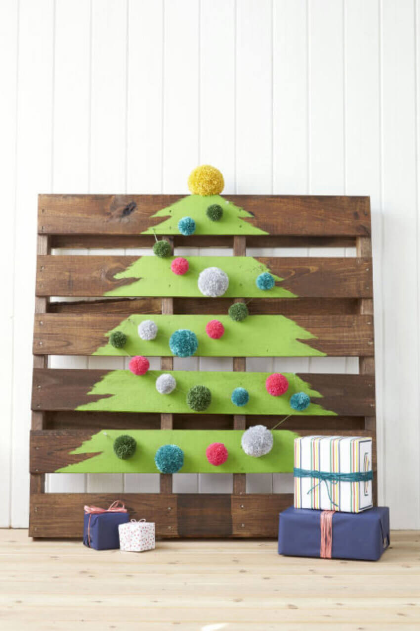 A pallet can be great to paint a Christmas tree and decorate your home.