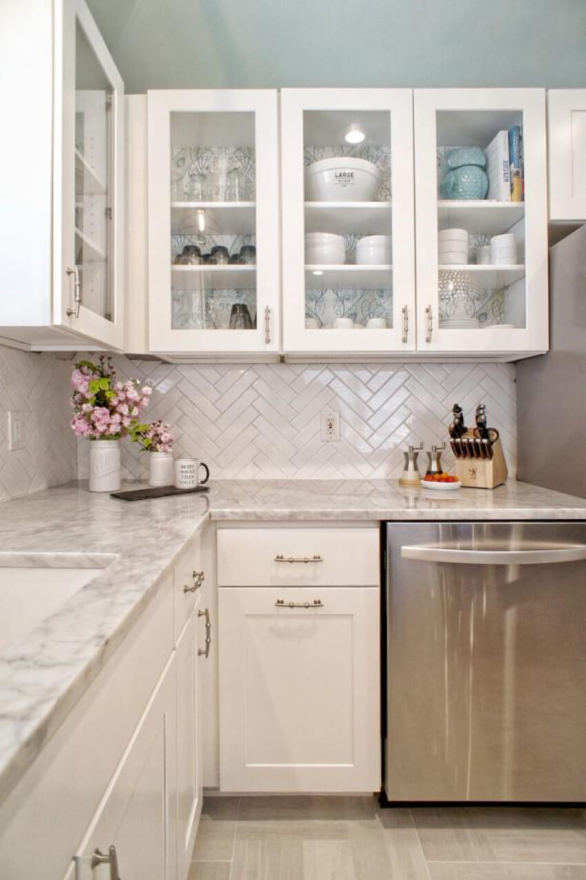 White subway tiles with dark grout is a perfect yet simple balance.