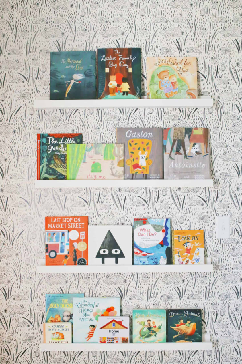 Display the front covers of the books to make it easy for your kid.