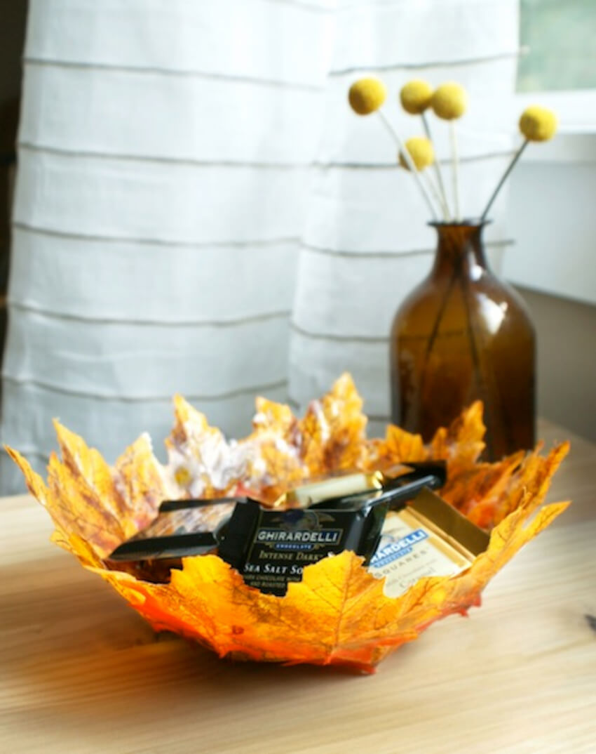 This leaf bowl is perfect to decorate the coffee table.