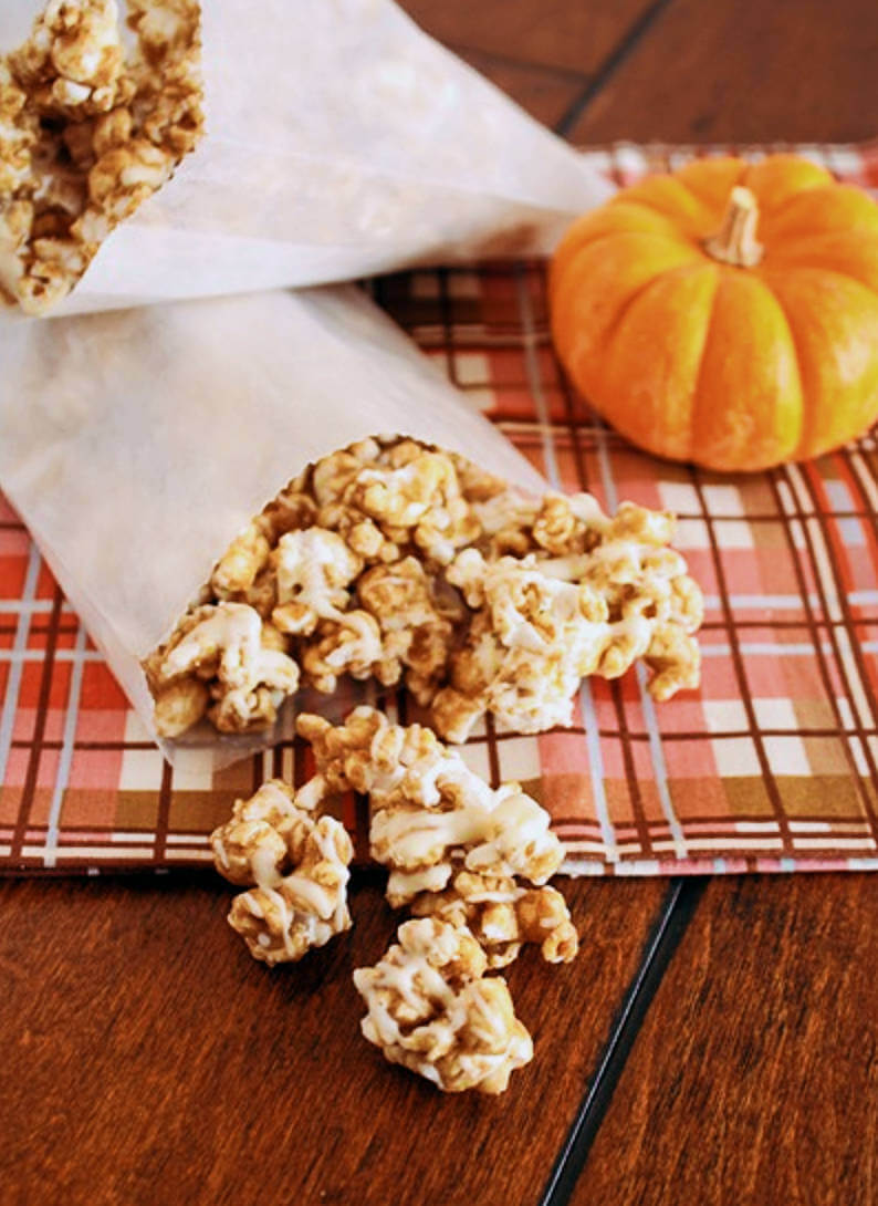 Delicious popcorn with pumpkin spice to enjoy movie night!