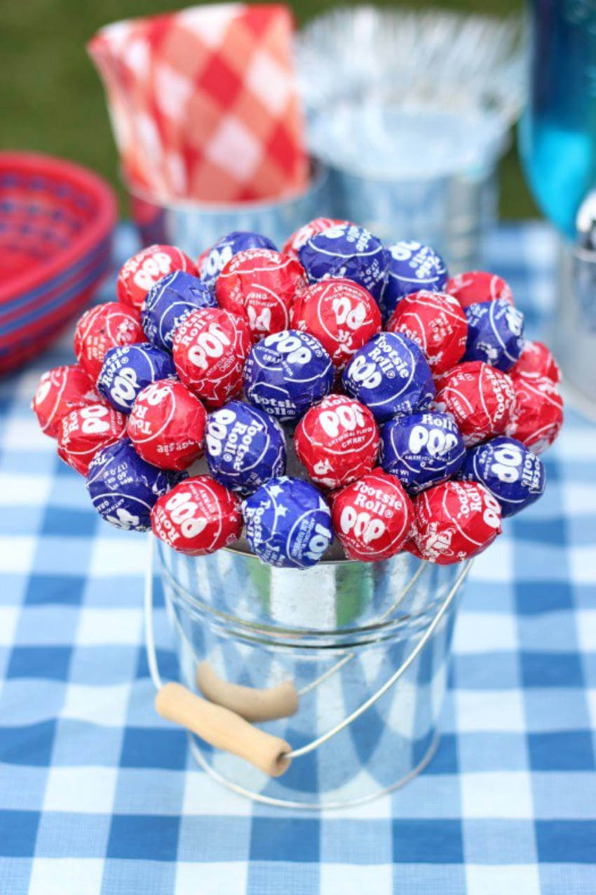 A lollipop centerpiece to decorate and offer a sweet treat.