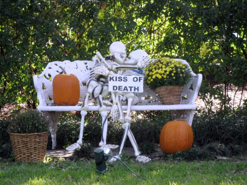These lovely skeleton couple is just enjoying some afterlife romance!