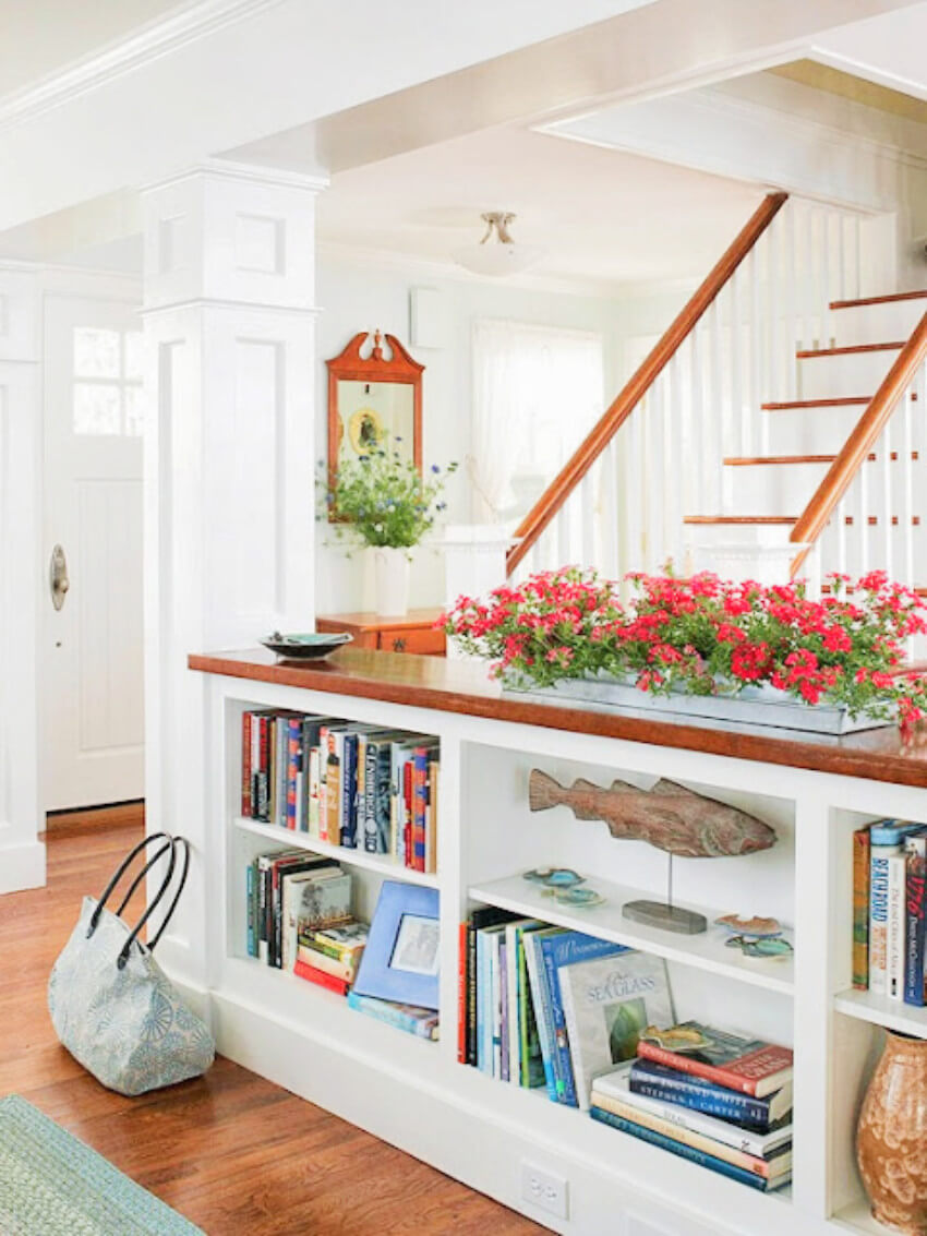 Not only books, but many other things can be displayed in your half-wall storage!