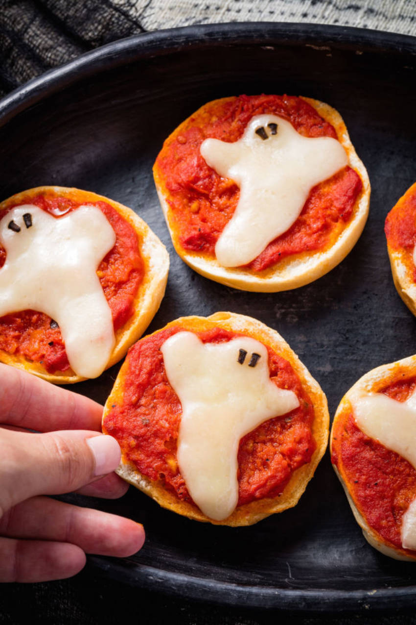 A ghost bagel pizza to haunt your halloween party... with yumminess!