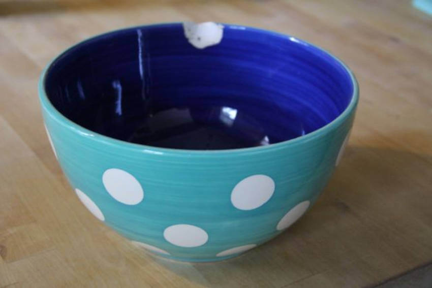 Chipped dishes can cause minor injuries, so it's best to throw them away!
