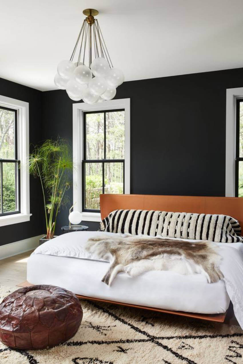 A bohemian decoration gives a very modern look to your black wall!