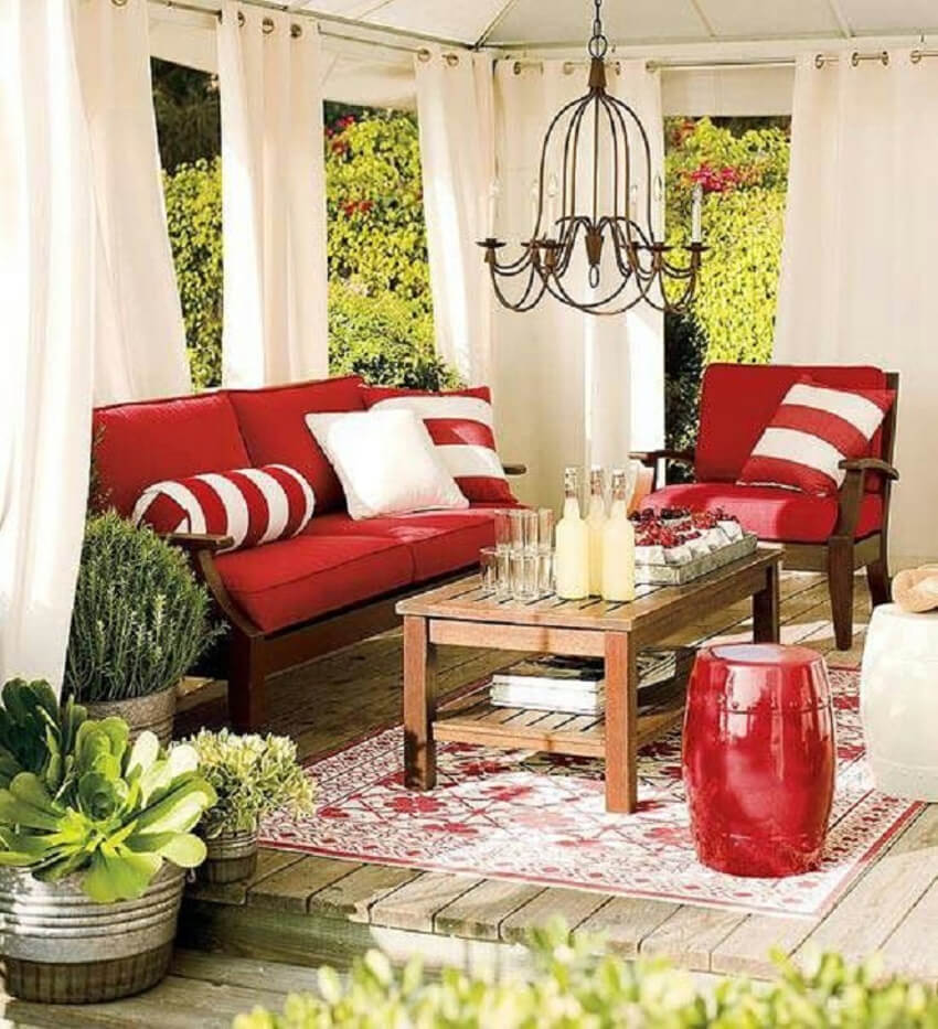 These red cushions are a bold choice that perfectly match the rustic deck look.