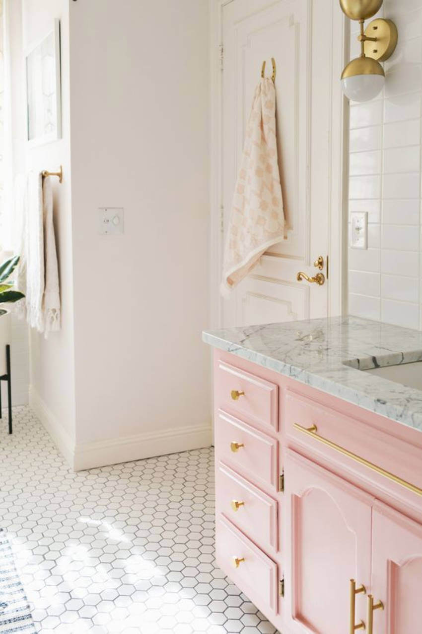 This light pink cabinet makes the bathroom discrete and classy!