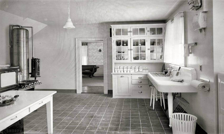 The bench under the kitchen sink was also characteristic of the 1920s!