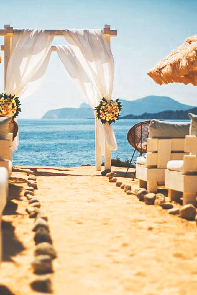 The perfect wedding aisle for a wedding at the beach!