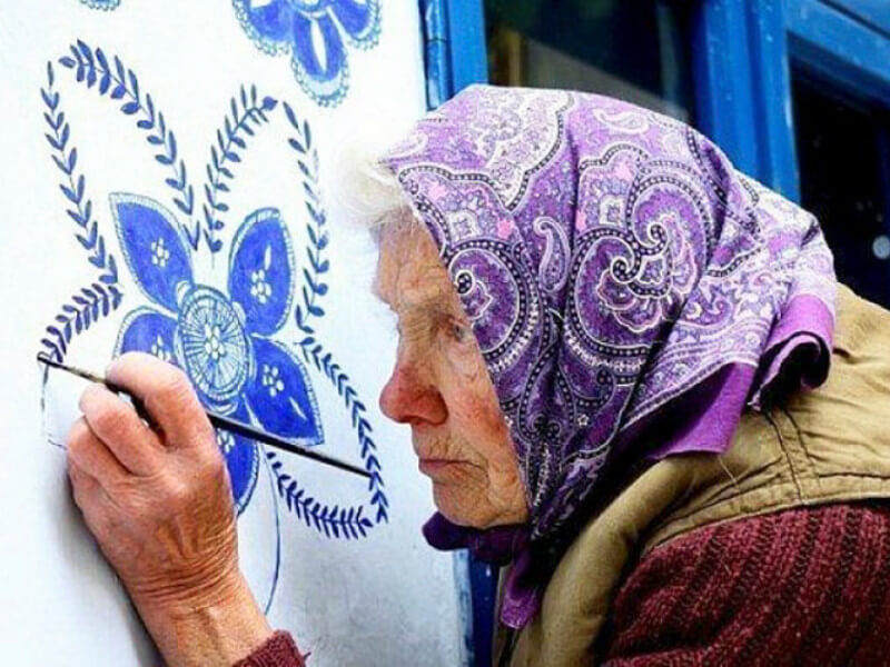 90-Year-Old Artist Beautifies Her Village With Traditional Paintings