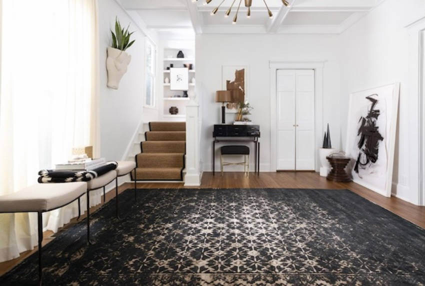 This is a rug that gets noticed, but it's discreet at the same time.