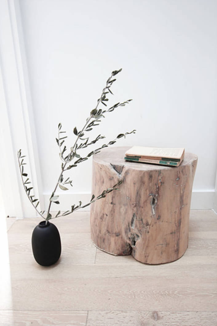 A low table tree stump to make your home more elegant.