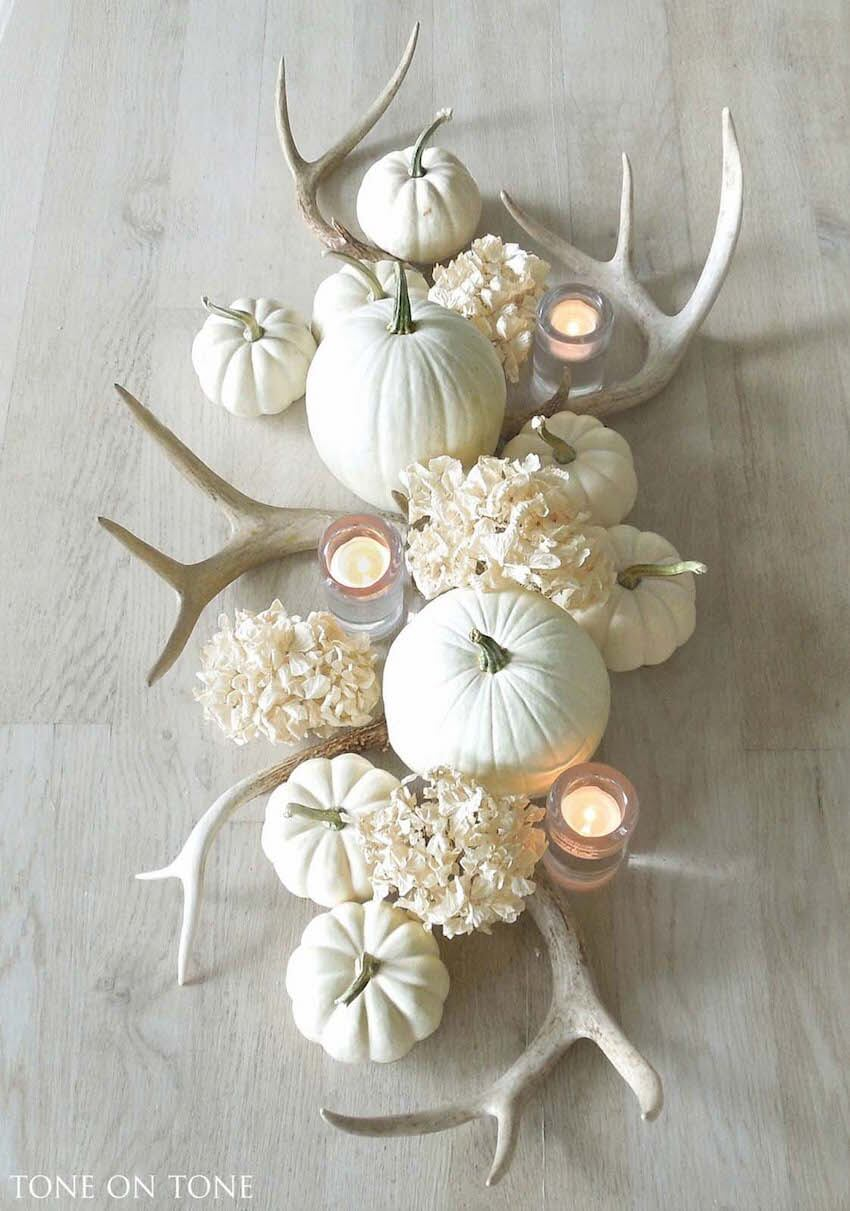 This Halloween table ornament is at the same time sophisticated and rustic. All elements combine to compose an elegant Fall decor.