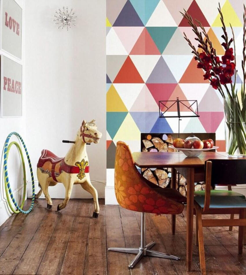 Wallpaper with geometric shapes makes the dining room feel really cheerful!