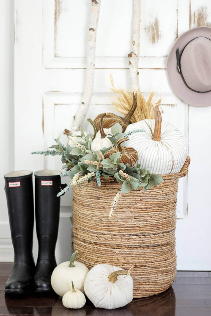 A simple and lovely entryway idea to go through the season!