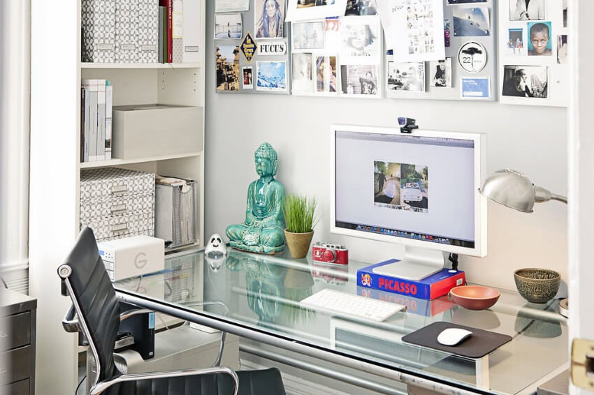 Keep your desk clutter-free so it's easy to organize!
