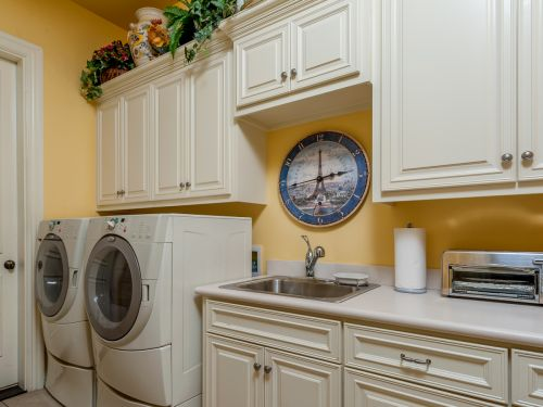 Lovely laundry room with Eiffel Tower decor