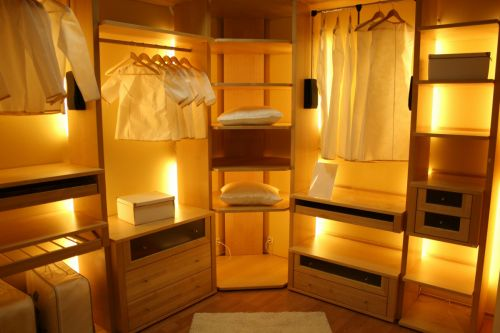 Yellow lights for a warm and stylish laundry experience