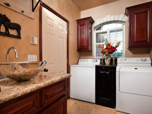 Country inspirations on this classy laundry room